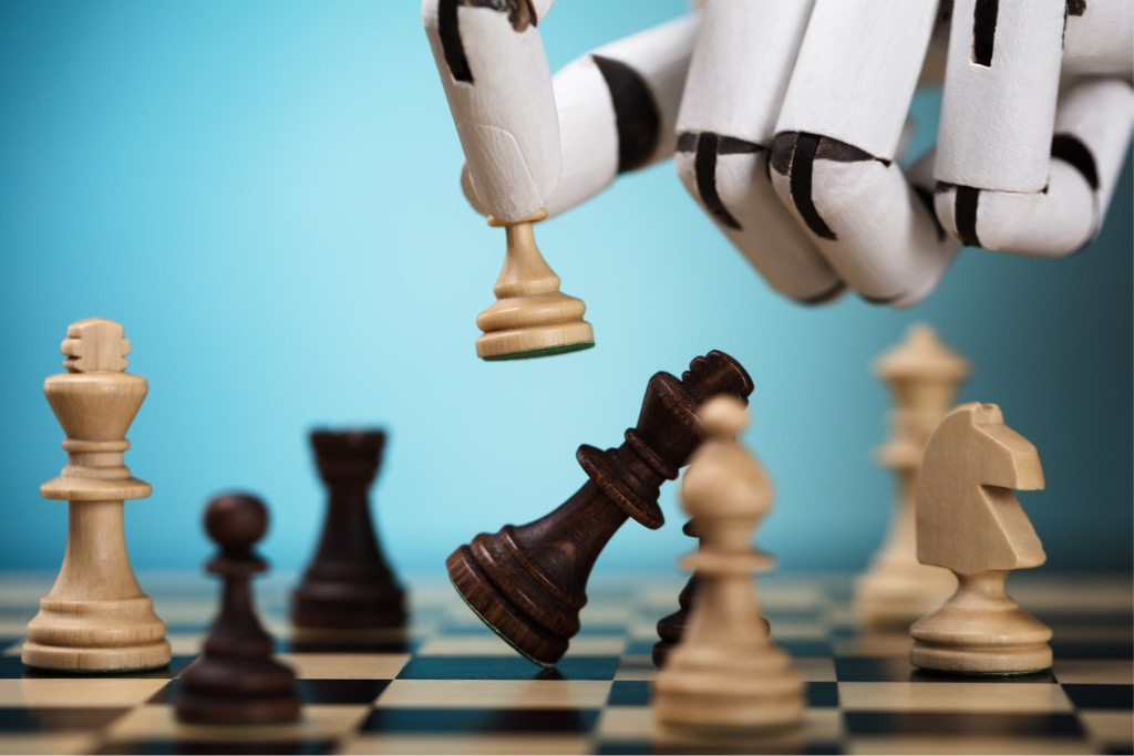 robot-playing-chess-picture-id924555516